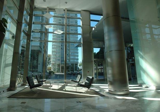 El departamento está en la torre Le Parc de Puerto Madero.
