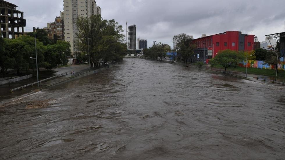 El San Roque evacua más agua y la Costanera seguirá cortada