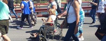 Jubilados en sillas de ruedas marcharon para pedir que no cierren oficinas del PAMI