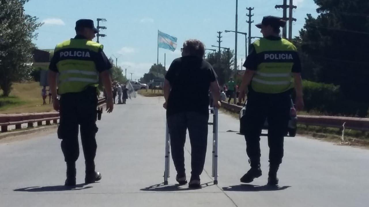 Esta señora caminó 15 cuadras. Después los policía la llevaron en patrullero.