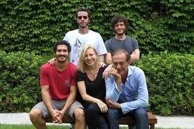 """El """"Chino"""" Darín, Cecilia Roth y Alejandro Awada posan con Sebastián y Luis Ortega."""