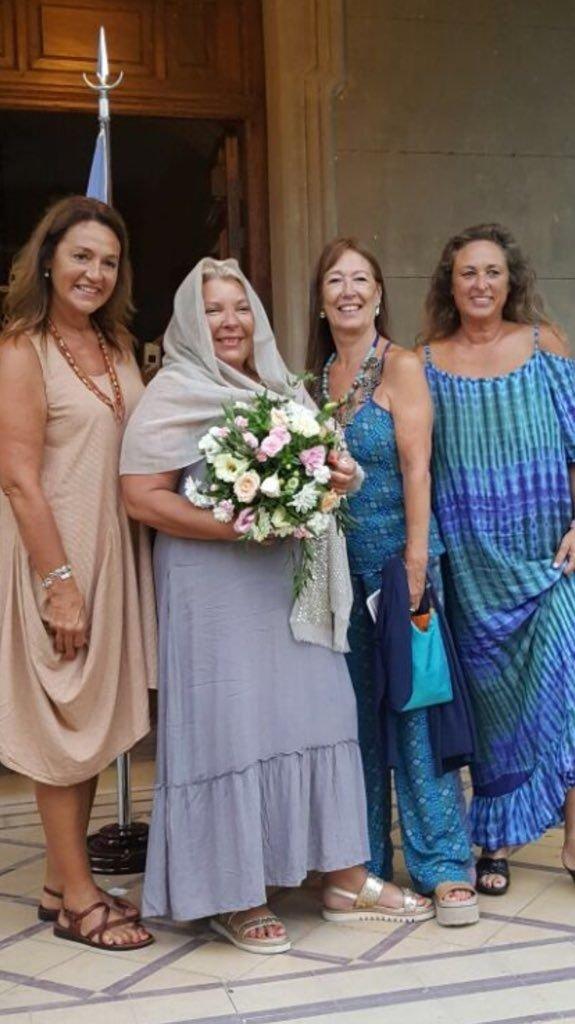 """La diputada junto con las """"damas de honor""""."""