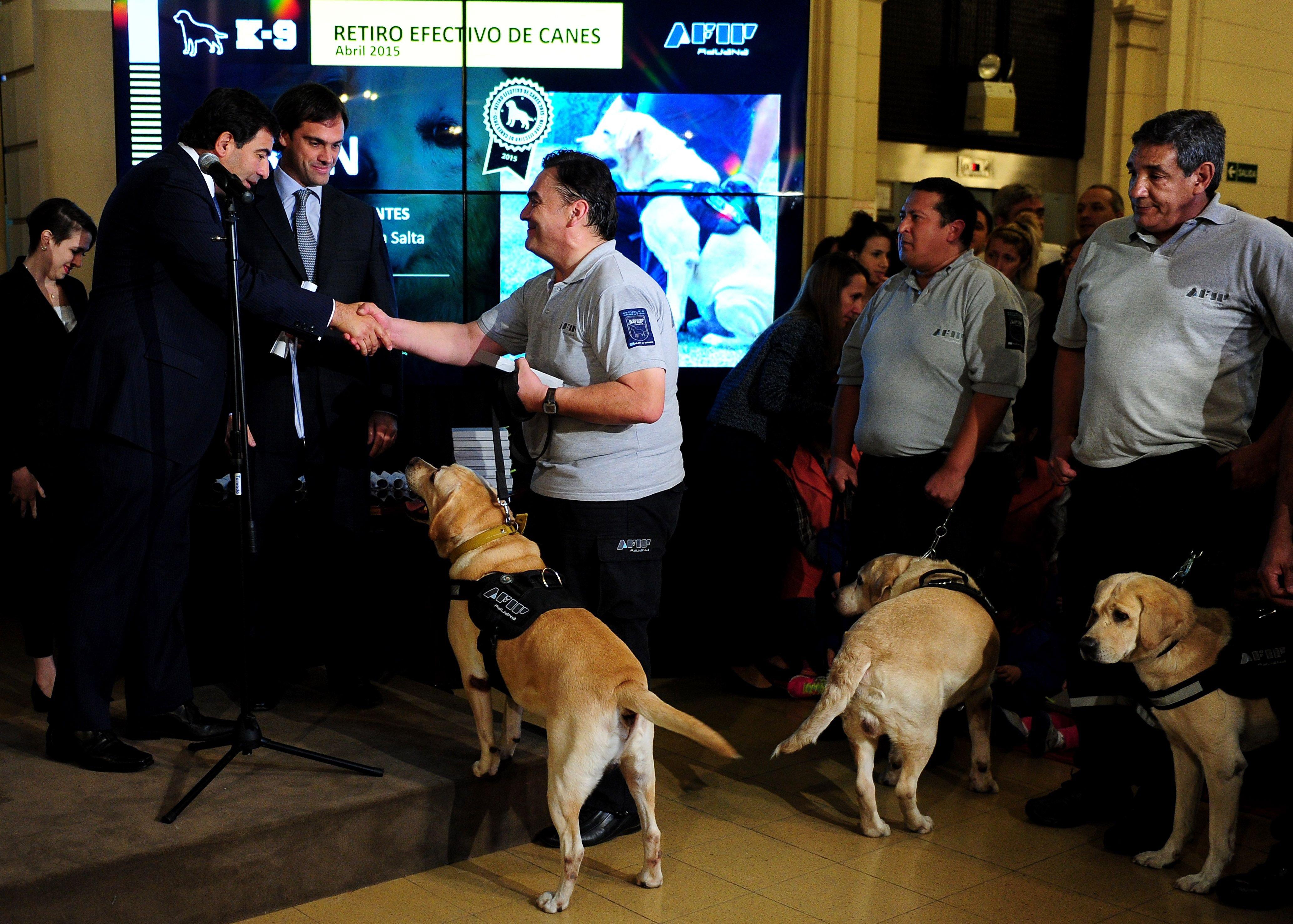 """El titular de la AFIP con algunos de los perros """"jubilados""""."""