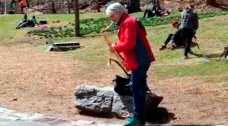 La nueva vida de Pettinato: toca el saxo a la gorra