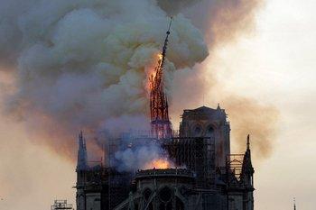 El fuego que derrumbó la torre de la catedral de Notre Dame aún no pudo ser controlado