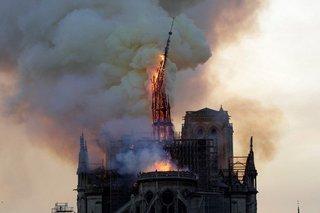 Por el fuego se derrumbó la torre de la catedral de Notre Dame