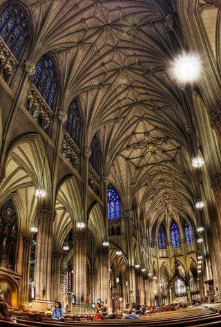 De Notre Dame a San Patricio: detuvieron a un sospechoso con dos bidones de nafta en la Catedral de Nueva York