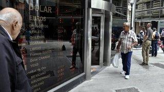 El dólar subió más de dos pesos en media hora y el riesgo país superó los 1.000 puntos