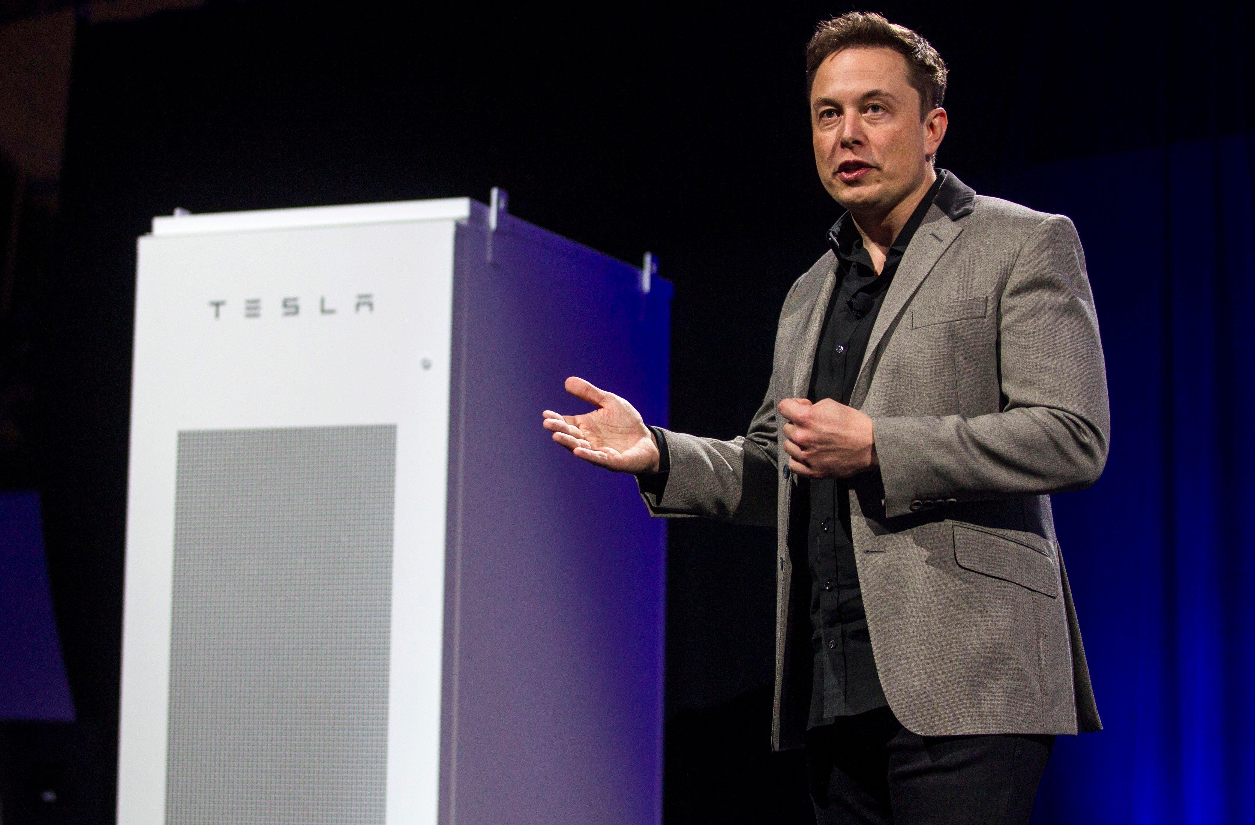 Musk presenta sus baterías hogareñas. Quiere cambiar la forma en que se consume electricidad en las casa. ¿Podrá?