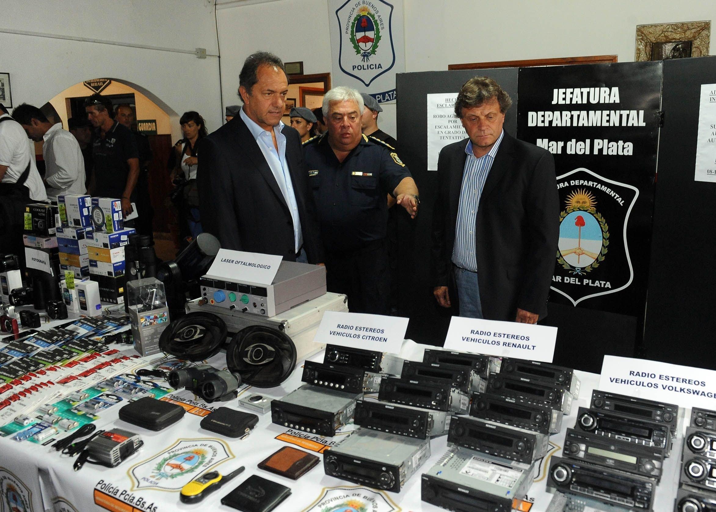 Scioli y el jefe de la Bonaerense, Hugo Matzkin, con el intendente marplatense Gustavo Pulti. Hubo un crimen cada tres días.