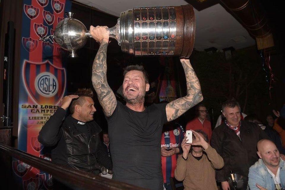 Dale Campeón. Tinelli festeja con la Copa Libertadores y suma apoyos de políticos a través del club de sus amores