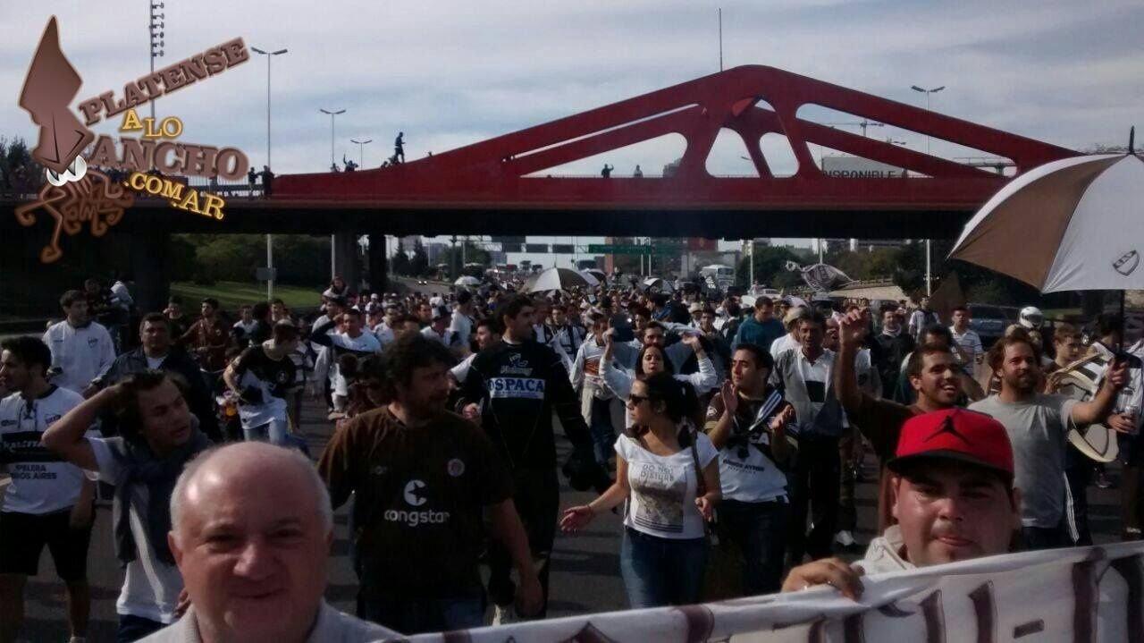 El festejo por los 110 años del club Platense terminó cuando la hinchada entró a la cancha y le robó la ropa a los jugadores