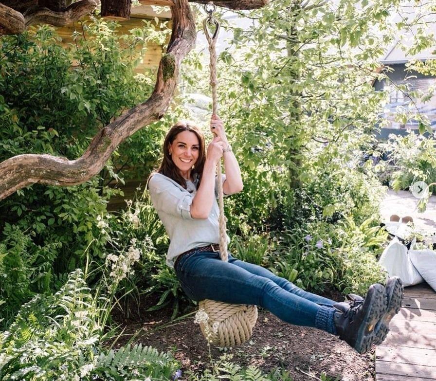 Días después, Kate Middleton volvió al jardín y también se subió a la hamaca.