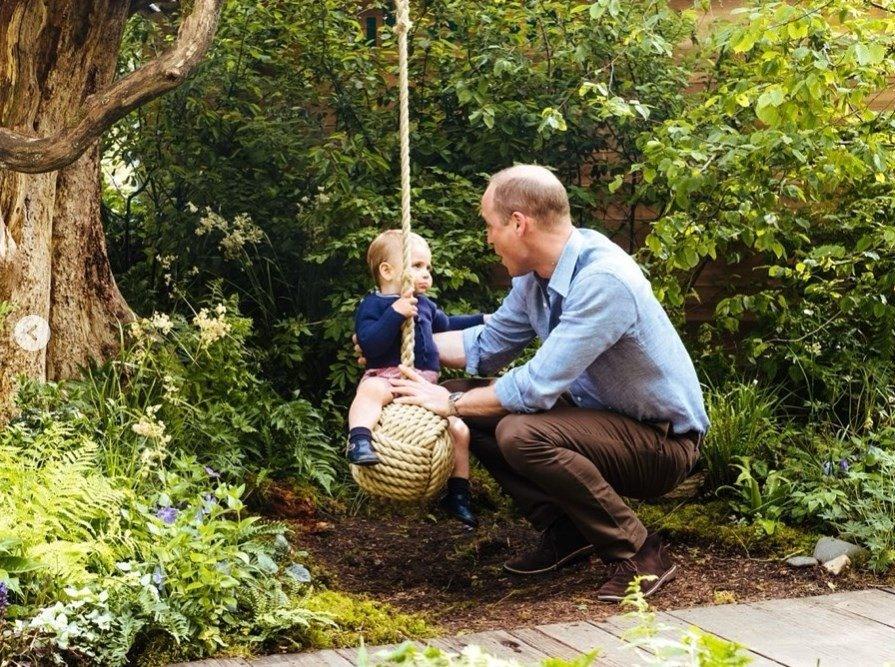 El príncipe William, de nuevo reforzando su perfil paternal con Louis.