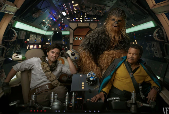 Lando Calrissian (Billy Dee Williams) vuelve al Millennium Falcon, acompañado por Poe Dameron (Oscar Isaacs) y Chewbacca (el recientemente fallecido Peter Mayhew).
