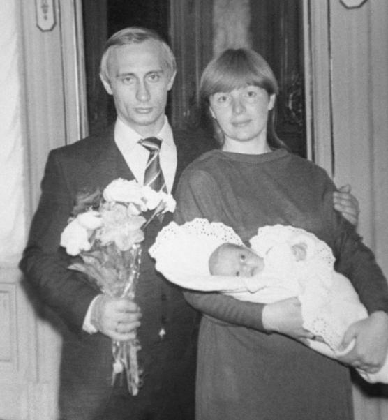 Un joven Putin junto a su ex mujer Lyudmila y una de sus hijas.
