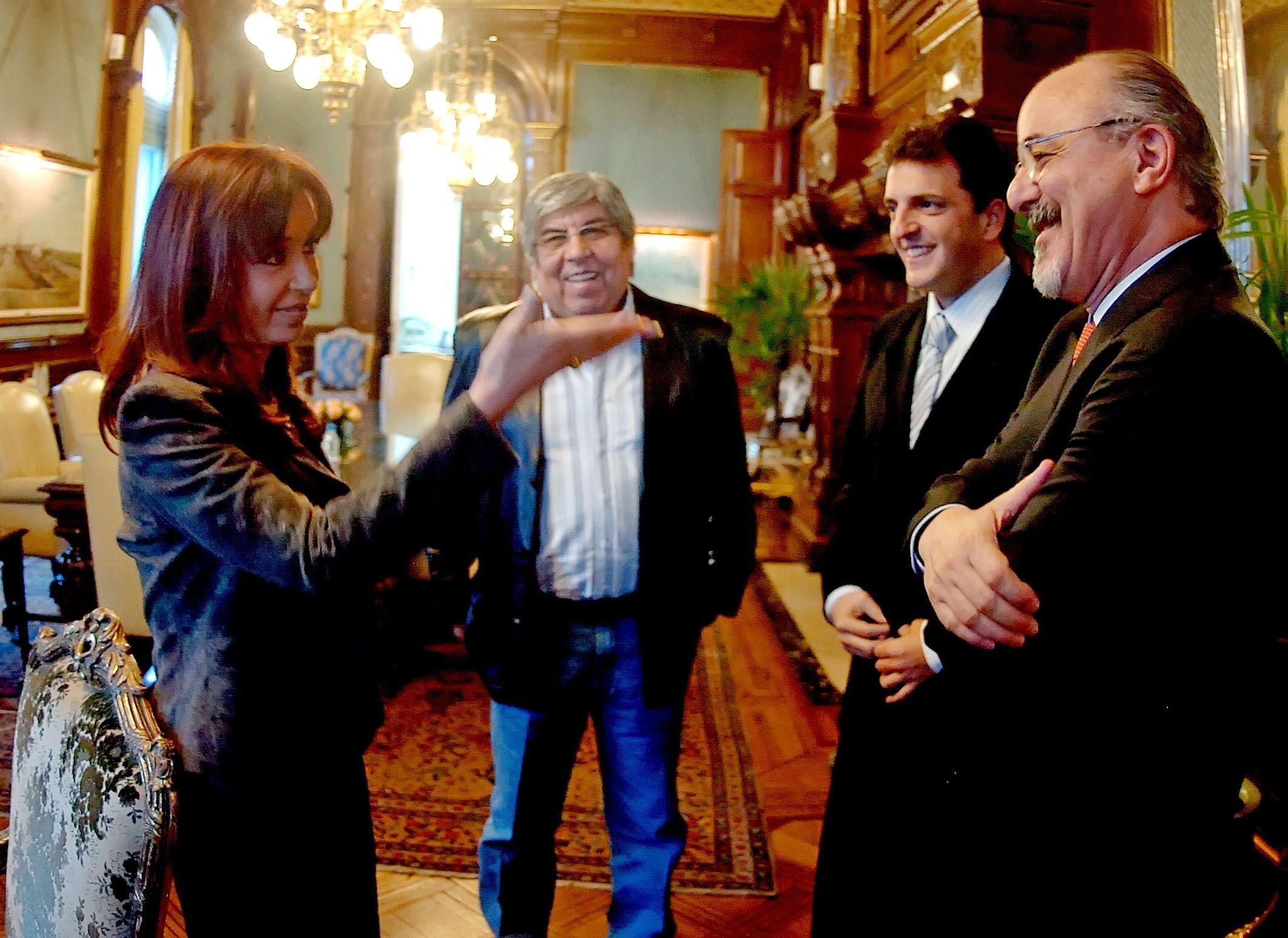 La Presidenta Cristina Kirchner, en su despacho, mantiene un diálogo con Hugo Moyano, Sergio Massa, cuando era jefe de Gabinete y Carlos Tomada, ministro de Trabajo. Epocas en las que todos estaban en el mismo proyecto.