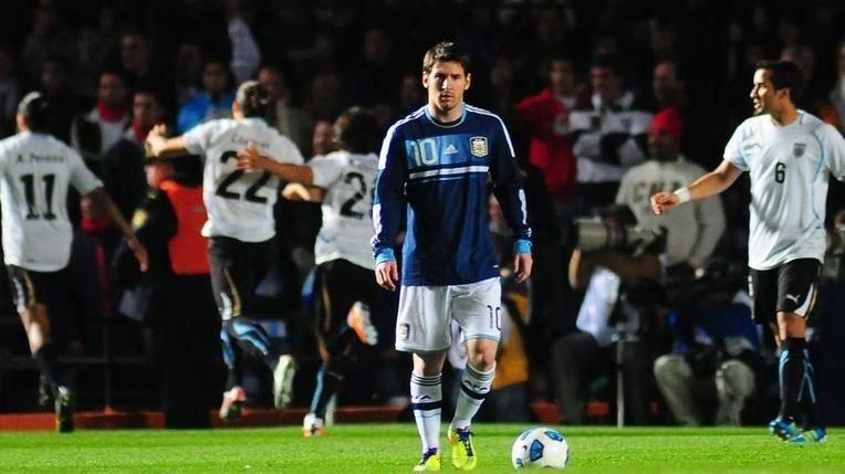 El último duelo de 2011 quedó en manos de los uruguayos que clasificaron por penales.  Messi decepcionado.