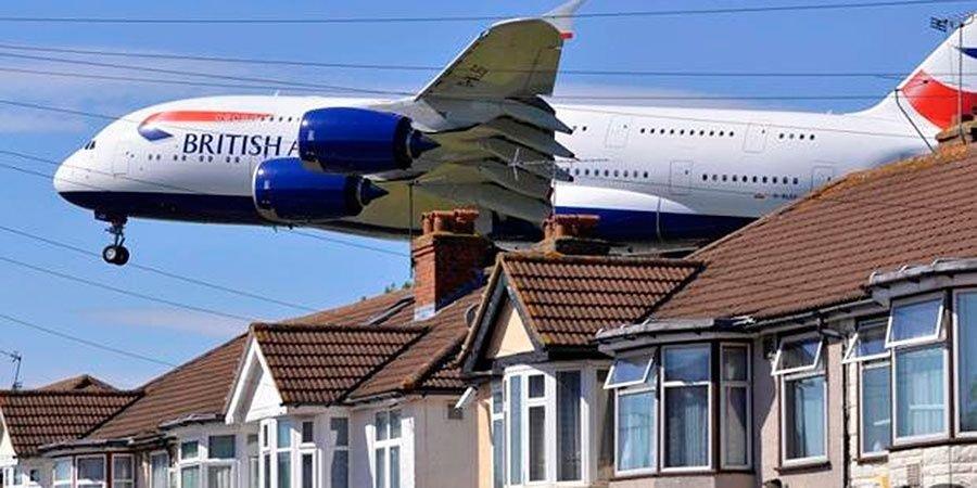 Viajaba como polizón en un avión y cayó sobre un techo