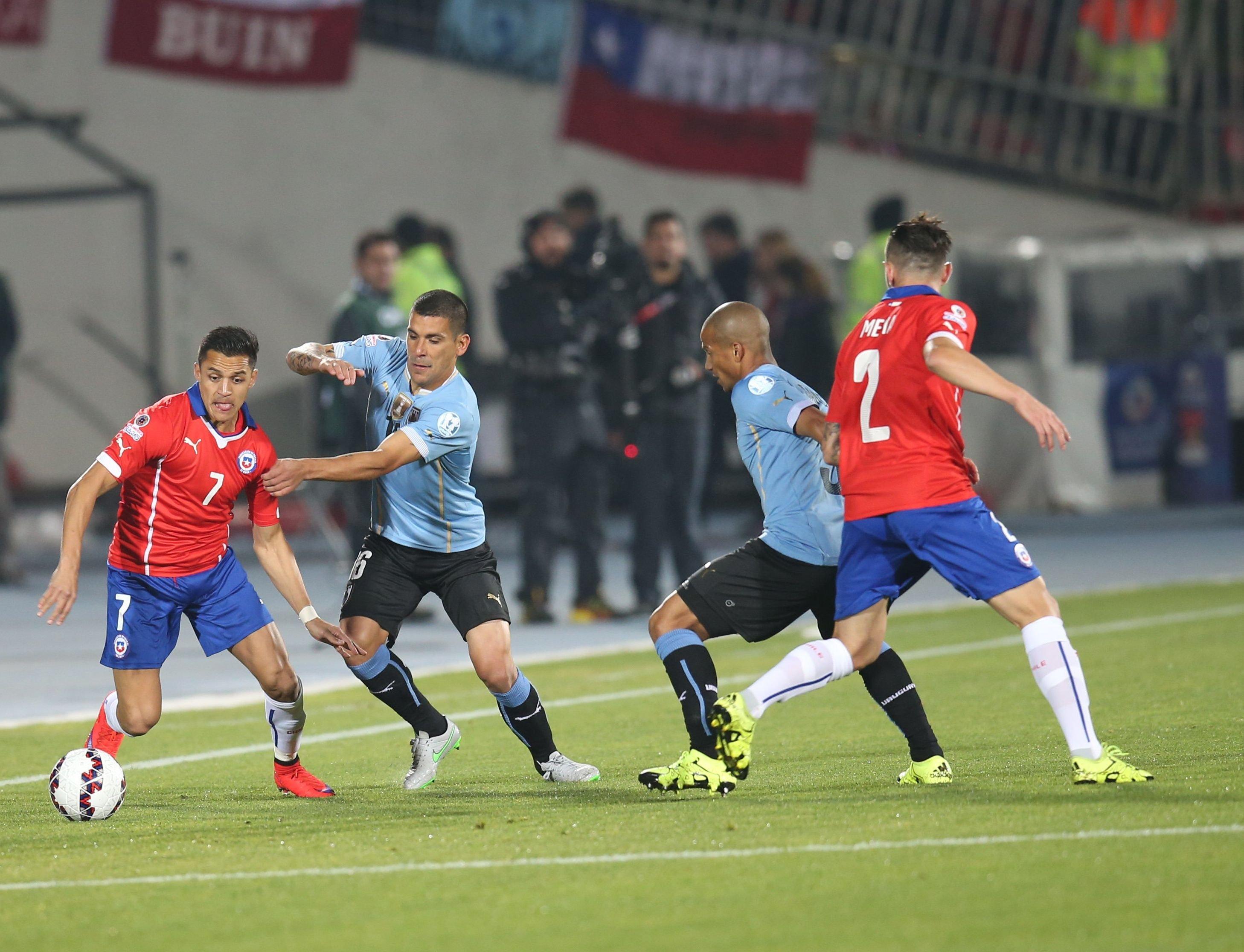 Chile fue superior a Uruguay en un estadio colmado.