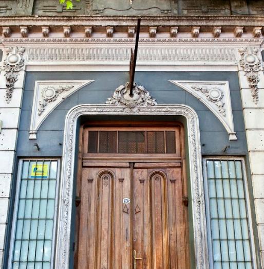 Sin cartel, sin pretensiones, así es la fachada del 878.