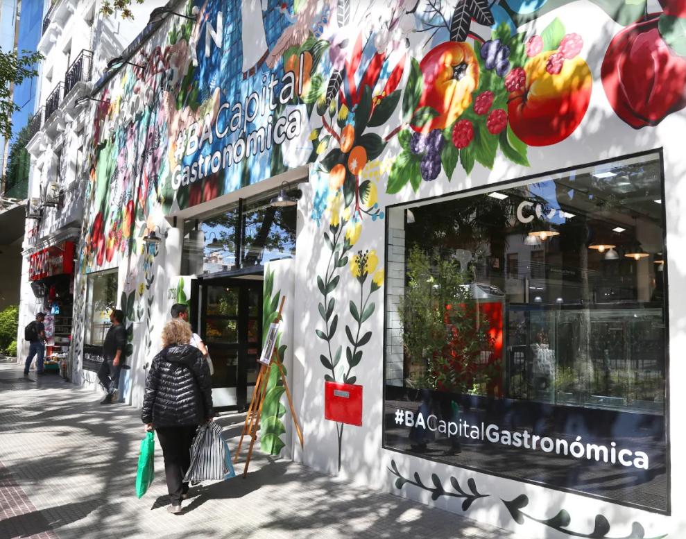 La renovada y colorida fachada del mercado de San Nicolás.