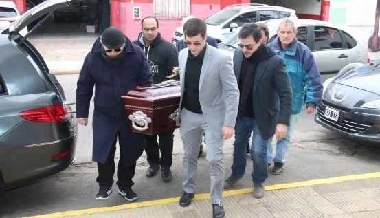 Los familiares de la artista llevaron el cajón dentro del cementerio de Olivos. Foto Ciudad.Magazine.