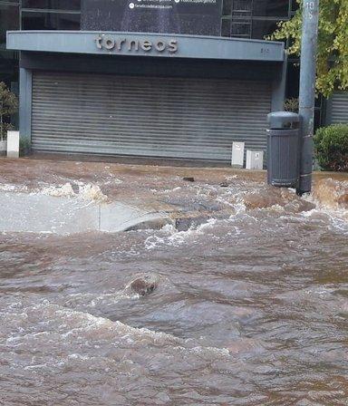 VIDEO   Explotó un caño de agua que inundó todo el edificio de Torneos en Balcarce
