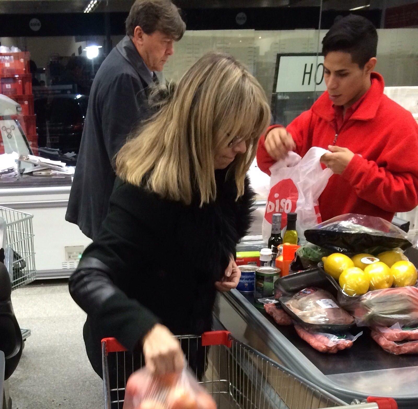 Carne, salchicha parrillera y ensalada clásica: tomate, lechuga y limón. Milani, jubilado y en el súper