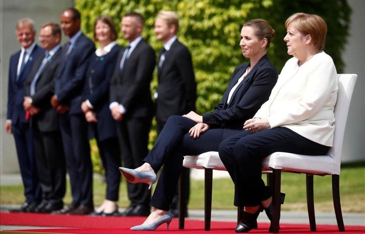 Durante el acto la primera ministra y la canciller estuvieron sentadas.