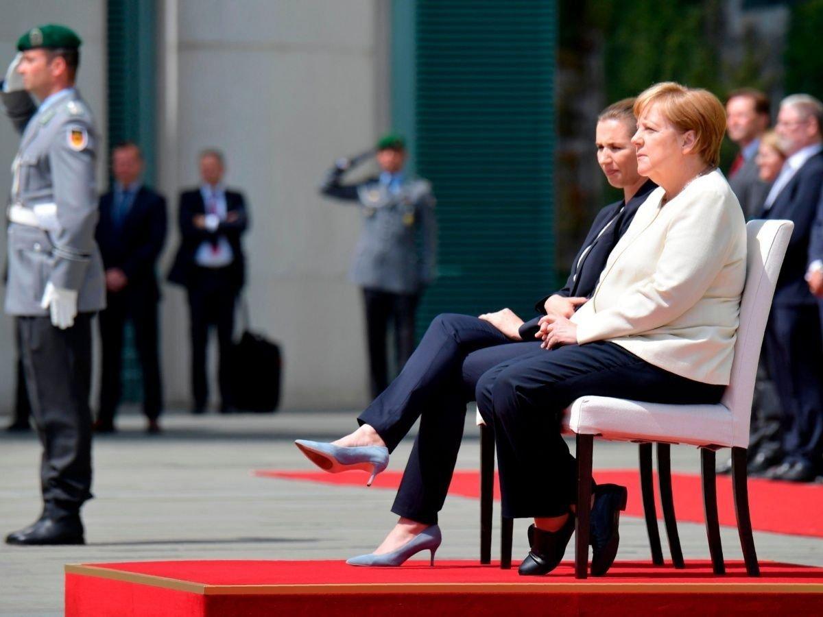 Merkel caminó junto a la primera ministra unos metros y luego se sentó.