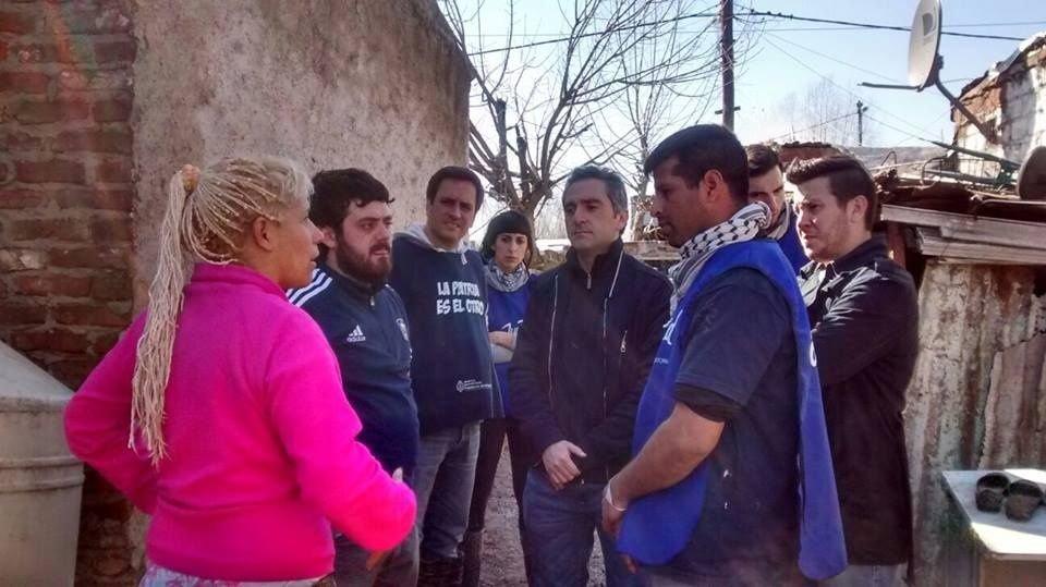 """El diputado Andrés """"Cuervo"""" Larroque, coordinando la entrega de las donaciones"""