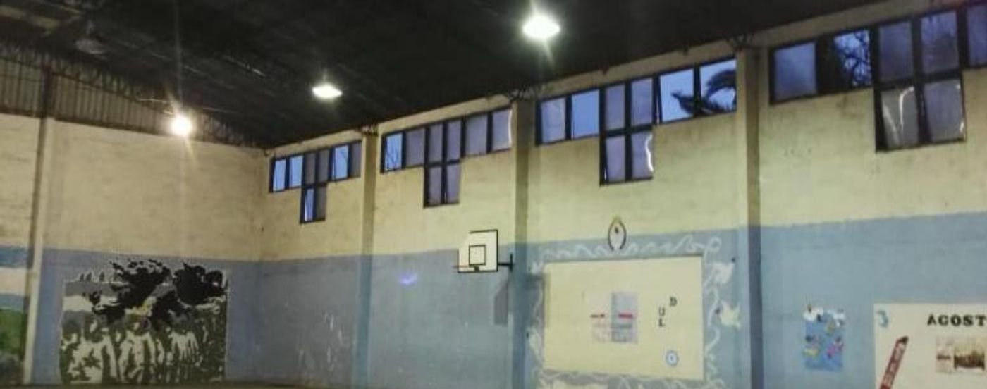 Filtraciones de agua, ratas y garrafas peligrosas: el patético estado de una escuela de Avellaneda
