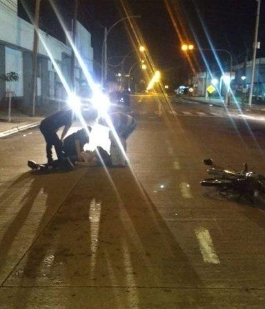 Un policía chocó con su moto, quedó herido y dos delincuentes que pasaban por ahí, le robaron el arma