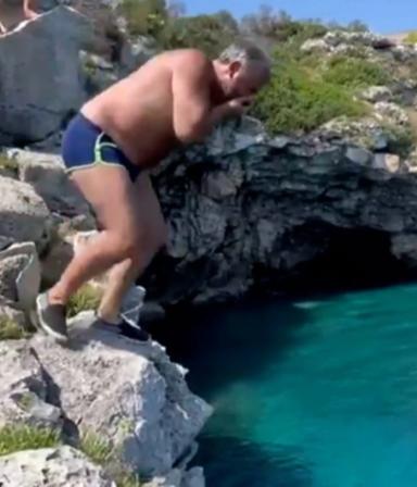 ¡Cuidado, Donato! El chef intentó hacer un clavado en el Mediterráneo y terminó de panza al agua