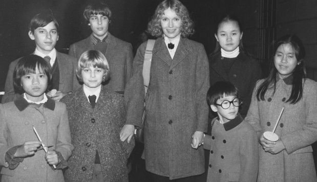 Mía Farrow junto a todos sus hijos: Soon Yi está a su derecha.