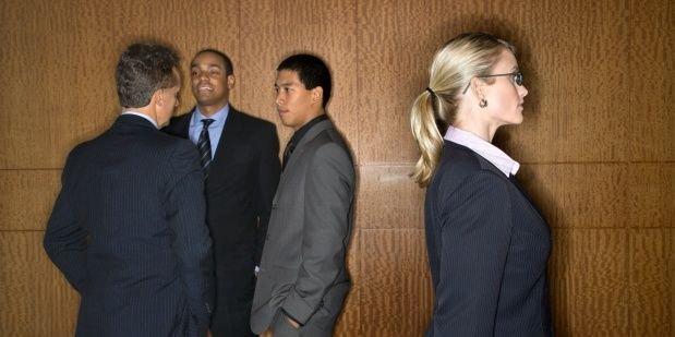 Estudios confirman que los hombres necesitan interrumpir a las mujeres durante las reuniones laborales.