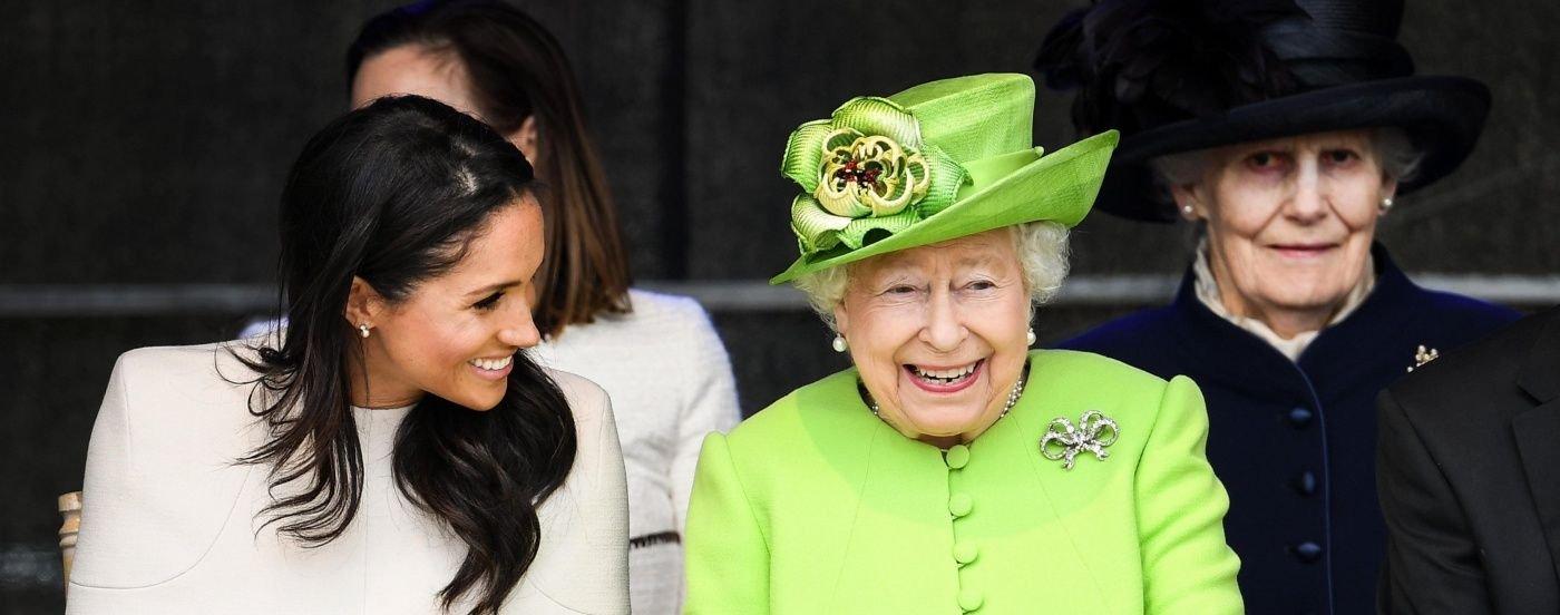 """La bizarra """"mano falsa para saludar"""" que la reina de Inglaterra atesora en su castillo"""