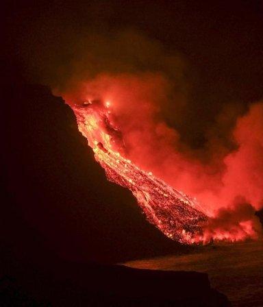 La lava del volcán Palma llegó al mar: evacuaron a los vecinos por los gases tóxicos