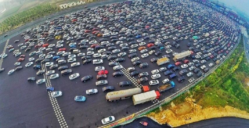 Caos en China: Un embotellamiento en una autopista de 50 carriles