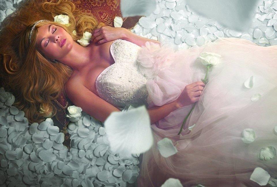 La Bella Durmiente espera al príncipe ya con el vestido de novia.