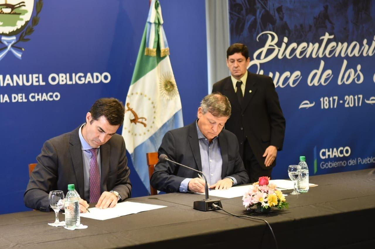 Los dos gobernadores durante la firma del convenio de colaboración.