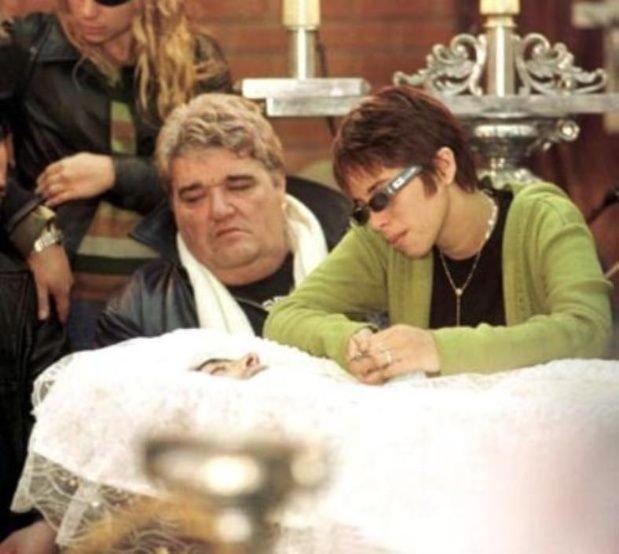 Alejandra Romero, la última novia de Rodrigo, y Gozalo en el velorio del cantante.