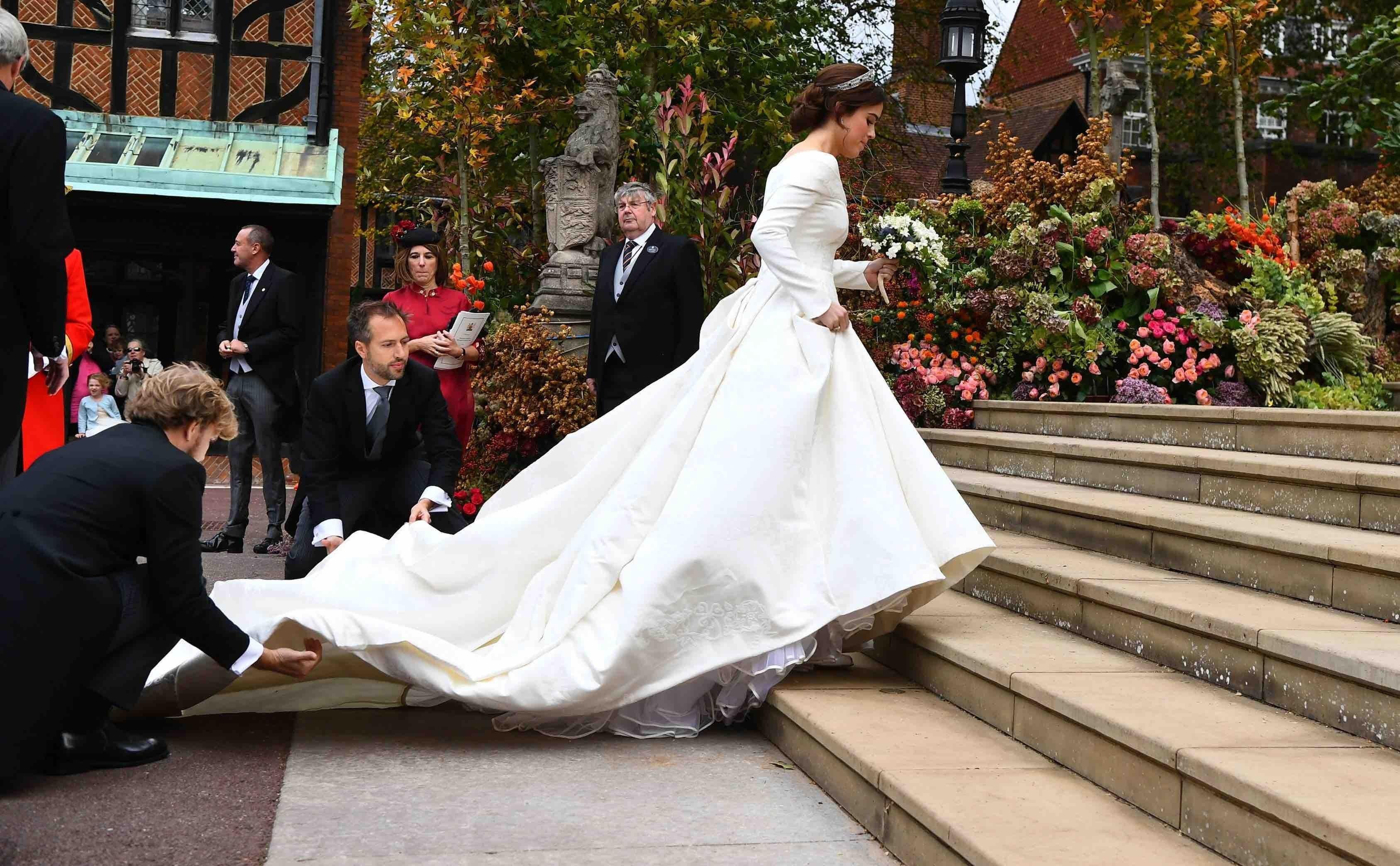 Porqué la princesa Eugenie de York eligió mostrar su cicatriz en la espalda en su vestido de boda