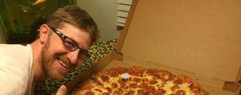 Poné la plata, elegí el gusto y esperá: mirá cómo funciona la máquina expendedora de pizza