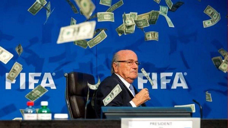 En una conferencia de prensa, le arrojaron dólares falsos a Joseph Blatter, presidente de la FIFA