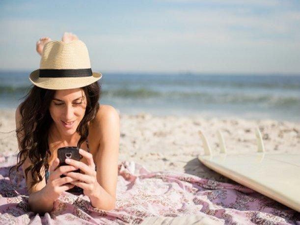 Lo ideal es no utilizar el teléfono con las manos encremadas o mojadas.