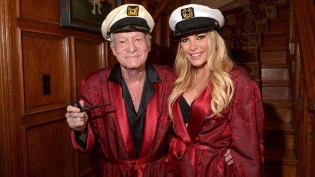 El magnate de Playboy junto a Crystal, su última mujer y viuda.